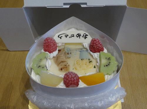 ケーキを箱から取り出します